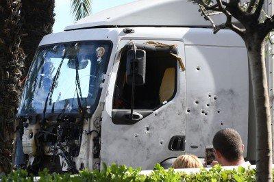 nice-camion-crible-de-balles-400x266