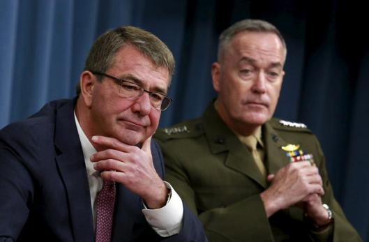 U.S. Defense Secretary Ash Carter (L) and Joint Chiefs Chairman Marine Gen. Joseph Dunford hold a joint news conference at the Pentagon in Washington February 29, 2016. REUTERS/Yuri Gripas      TPX IMAGES OF THE DAY      - RTS8MFZ